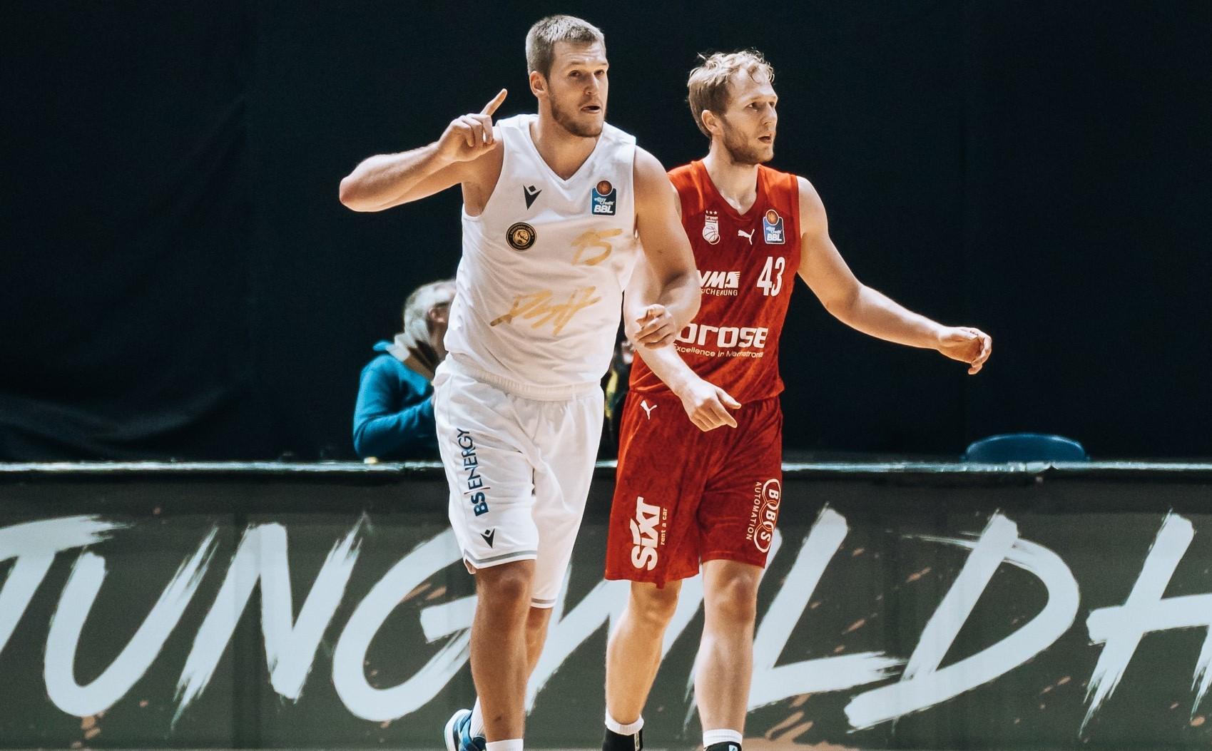 Die Basketball Löwen Braunschweig haben als erstes Team im Ligabetrieb Brose Bamberg bezwungen. Beim 90:84-Heimerfolg vor ist das Duo aus dem Olympioniken Martin Peterka und dem deutschen Nationalspieler Robin Amaize entscheidend. Damit stoppen die Löwen ihre Negativserie von drei Niederlagen in Folge.